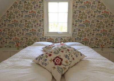 Bed in slaapkamer op de vide boven